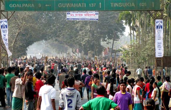 असम में स्थानीय निकाय के चुनाव के दौरान रास्ता जाम करते प्रदर्शनकारी।
