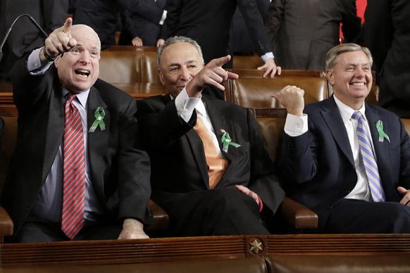 अमेरिकी राष्ट्रपति ओबामा का भाषण शुरू होने से पहले उत्साहित कुछ सीनेट सदस्य।