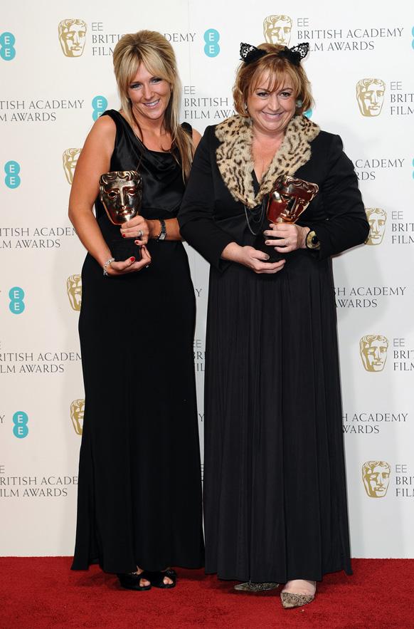 लंदन के रॉयल ओपेरा हाउस में बाफ्टा फिल्म अवॉर्ड समारोह के दौरान अन्ना लांयच और इव स्टेवार्ट अपनी ट्रॉफी से साथ।