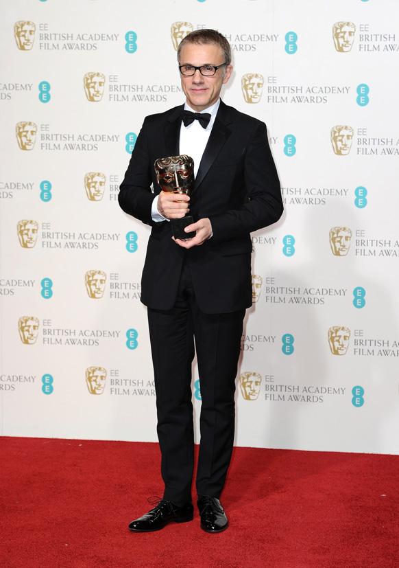 लंदन के रॉयल ओपेरा हाउस में बाफ्टा फिल्म अवॉर्ड के दौरान जर्मनी के अभिनेता क्रिटोफर वाल्ट्ज अपनी ट्रॉफी से साथ।