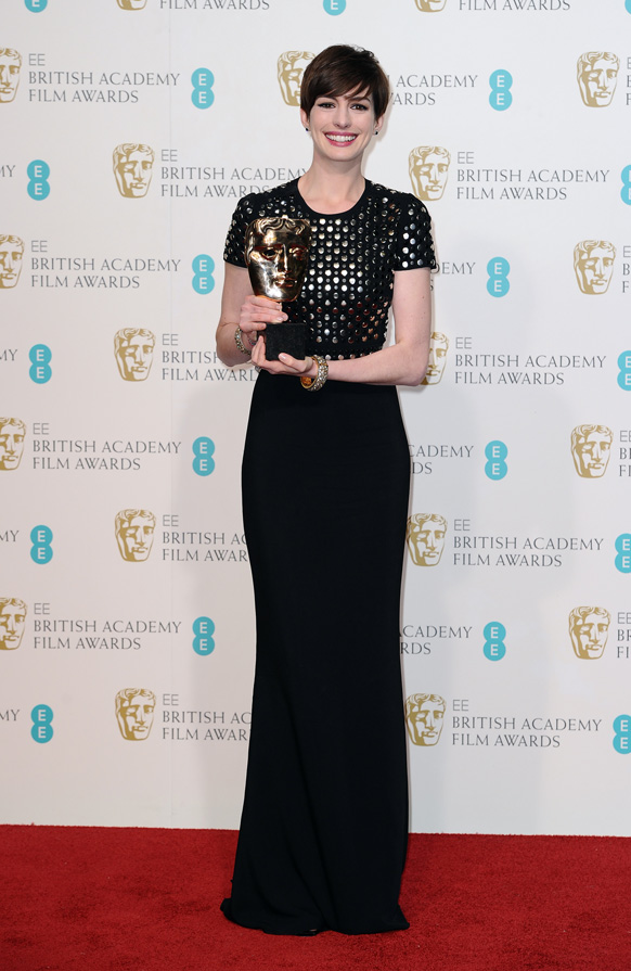 लंदन के रॉयल ओपेरा हाउस में बाफ्टा फिल्म अवॉर्ड के दौरान अमेरिकन अभिनेत्री एनी हेथवे अपनी ट्रॉफी से साथ।