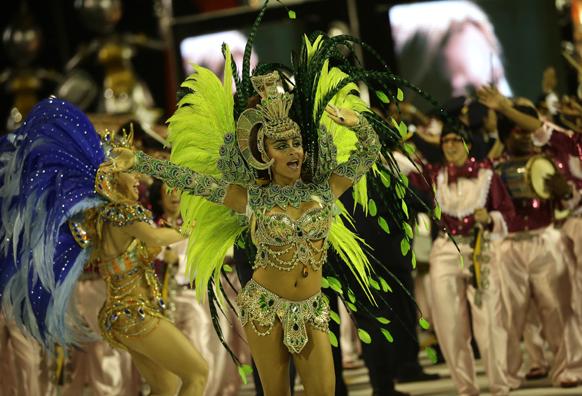 ब्राजील के रियो डी जेनरो में कार्निवल परेड के दौरान सियो क्लीमेट सांबा स्कूल की डांसर अपनी प्रस्तुति देती हुईं।