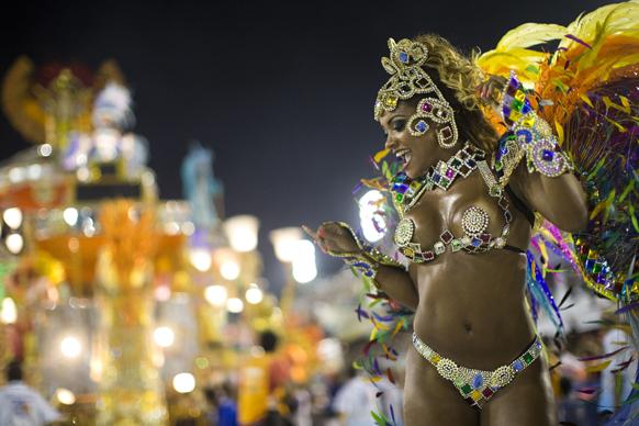 ब्राजील के रियो डी जेनरो में कार्निवल परेड के दौरान बइजा फ्लोर  सांबा स्कूल की डांसर अपनी प्रस्तुति देती हुईं।