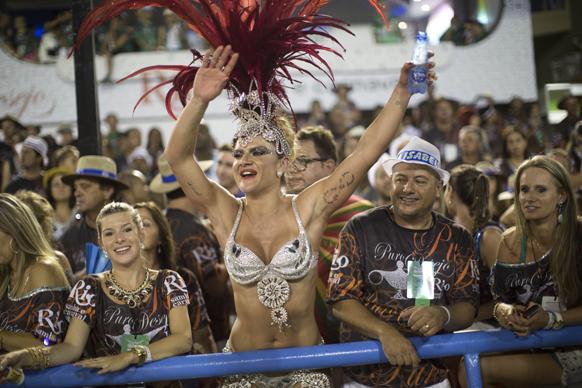 ब्राजील के रियो डी जेनरो में कार्निवल परेड के दौरान एकेडमिकोस डो ग्रांडे रियो सांबा स्कूल की डांसर अपनी प्रस्तुति देती हुईं।