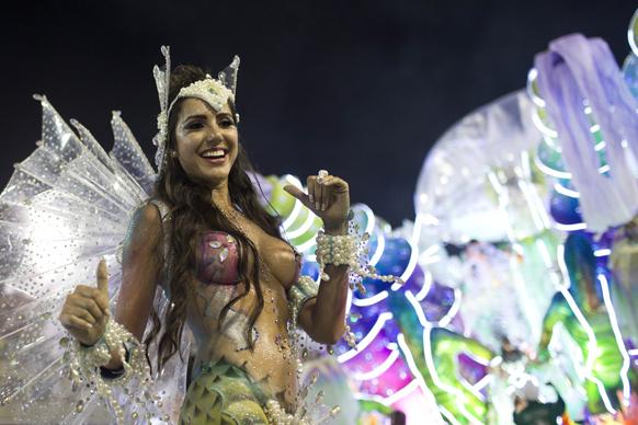 ब्राजील के रियो डी जेनरो में कार्निवल परेड के दौरान डो ग्रांडो रियो सांबा स्कूल की डांसर अपनी प्रस्तुति देती हुईं।
