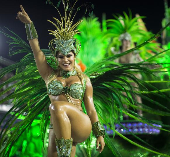 ब्राजील के रियो डी जेनरो में कार्निवल परेड के दौरान यूनियोस डा विला इजाबेल सांबा स्कूल की डांसर अपनी प्रस्तुति देती हुईं।