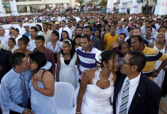 निकारागुआ के मेनागुआ में सामूहिक वैवाहिक समारोह में हिस्सा लेते जोड़े।