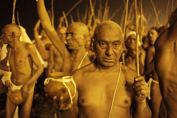 इलाहाबाद के महाकुंभ मेले में संगम तट पर श्री निरंजन अखाड़ा के नागा साधु।