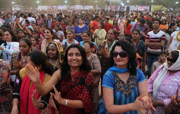 अहमदाबाद में वैश्विक अभियान के तहत एक समारोह के दौरान 'वन बिलियन राइजिंग' के समर्थन में नृत्य करतीं महिलाएं। इस आयोजन में अलग-अलग शहरों से हजारों की संख्या में महिलाओं और बच्चों ने हिस्सा लिया।
