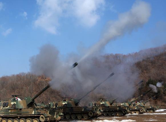 दक्षिण कोरिया स्थित चीऑरवॉन के फायर ट्रेनिंग फील्ड में अभ्यास के दौरान के-9 स्वचालित तोप का प्रदर्शन करती दक्षिण कोरिया की सेना।