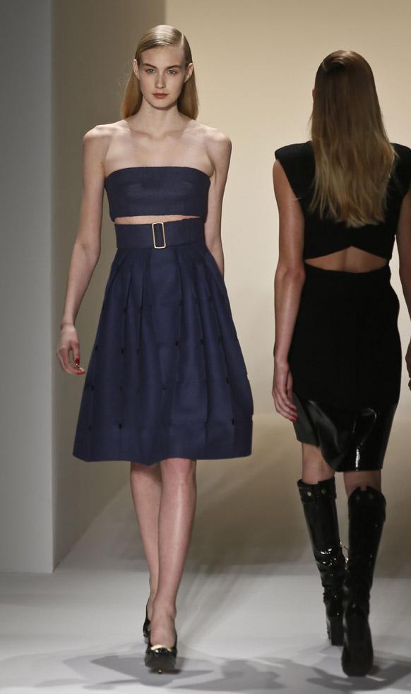 न्यूयार्क के फैशन शो में रैंप पर मॉडल।