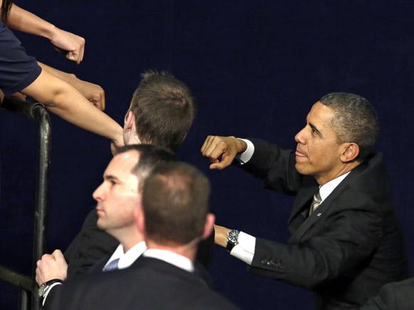 शिकागो में अमेरिकी राष्ट्रपति बराक ओबामा लोगों से हाथ मिलाते हुए।
