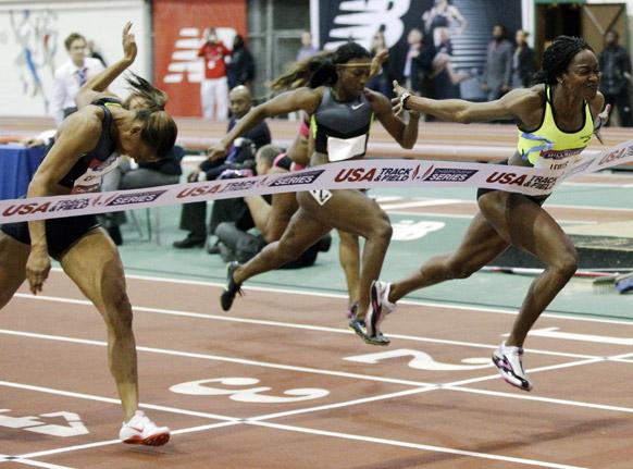 न्यूयॉर्क में 60 मीटर हर्डल रेस में हिस्सा लेती प्रतिभागी।