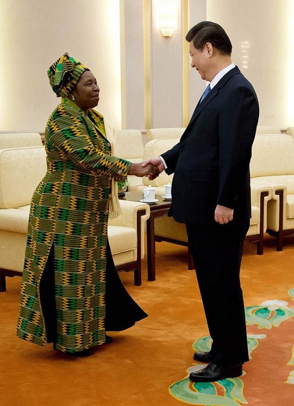 बीजिंग के ग्रेट पीपल हॉल में अफ्रीकी यूनियन के अध्यक्ष नकोसजाना डलमिनी जूमा का अभिवादन करते हुए चीनी काम्यूनिस्ट पार्टी के जनरल सेक्रेटरी शी जिंगपिंग।