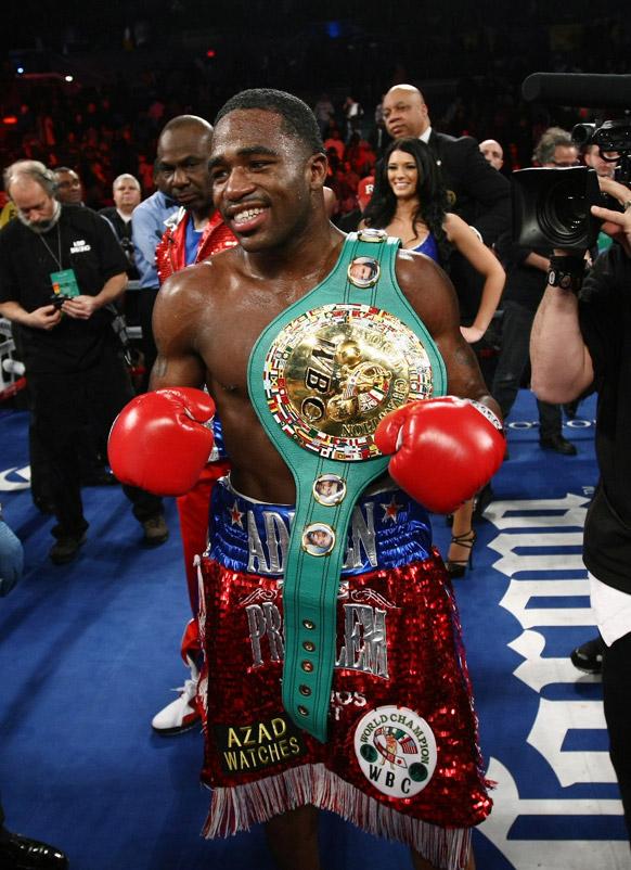 एड्रियन ब्रोनर WBC लाइटवेट जीतने के बाद जश्न मनाते हुए।