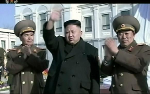 उत्तरी कोरिया के नेता किम जोंग उन प्योंगयांग में दिवंगत नेता किम जोंग इल की जयंती पर हाथ लहराकर लोगों का अभिवादन करते हुए।