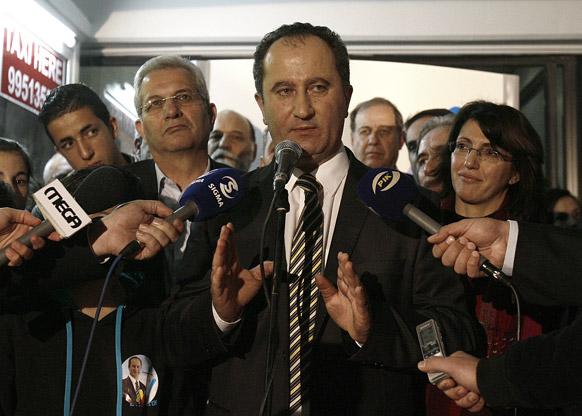 साइप्रस में राष्ट्रपति चुनाव के दौरान मीडिया से बात करते वाम धड़े के राष्ट्रपति पद के उम्मीदवार स्टावरोस मलास।