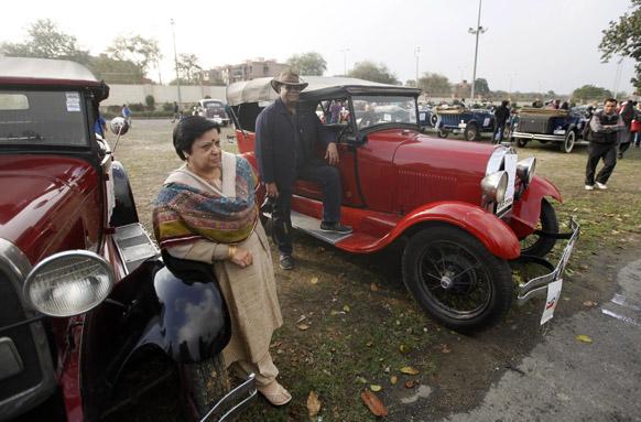 नई दिल्ली में क्लासिक कार रैली के लिए अपनी पुरानी कारों के साथ पहुंचे लोग।