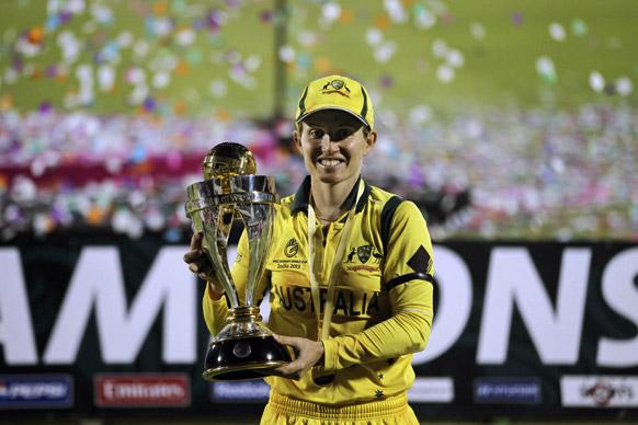 मुंबई में आईसीसी महिला विश्व कप के खिताब के साथ आस्ट्रेलिया की कप्तान जोडे फील्डस।