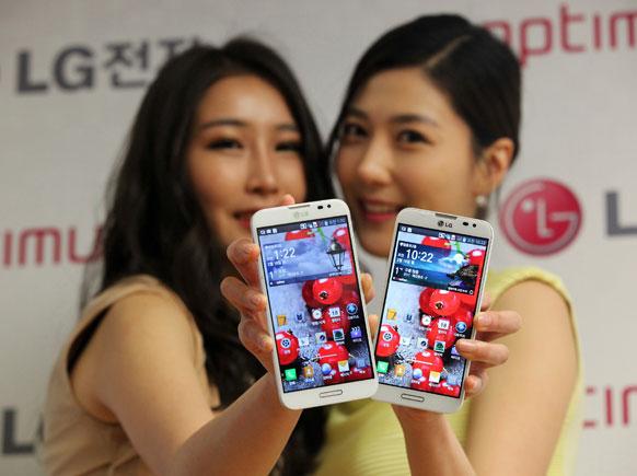 सियोल में एलजी इल्केट्रानिक्स के नए स्मार्टफोन ऑप्टिमस जी प्रो को पेश करतीं मॉडल।