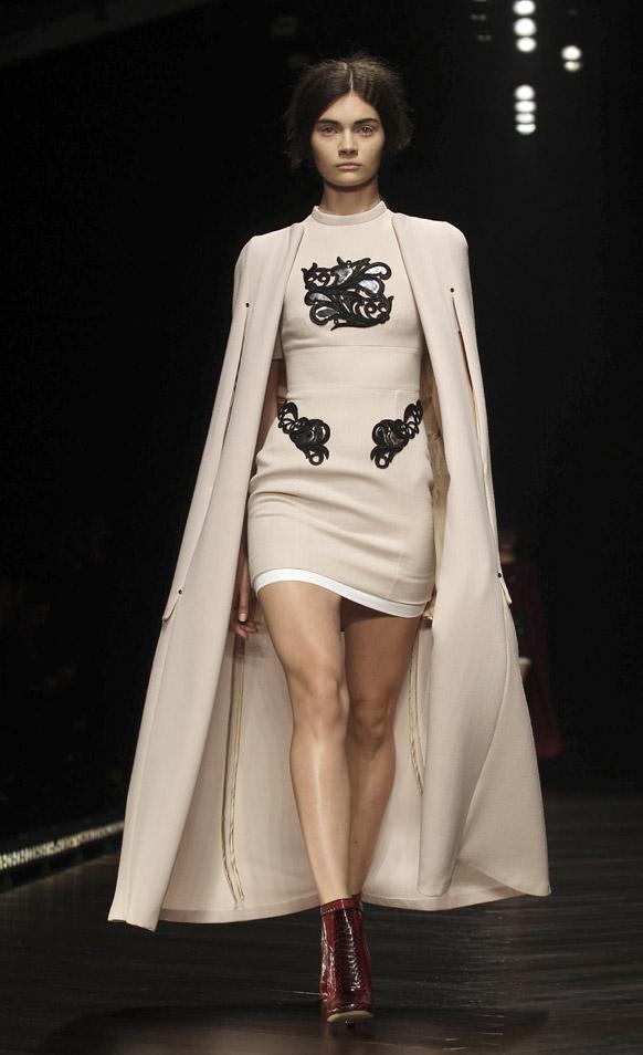 लंदन फैशन वीक में रैंप पर एक मॉडल।