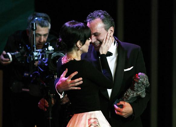 स्पेन के गोया अवार्ड समारोह में स्पेन की अदाकारा मारीबल वर्डू ने अवार्ड मिलने की खुशी में निर्देशक को चूम लिया।