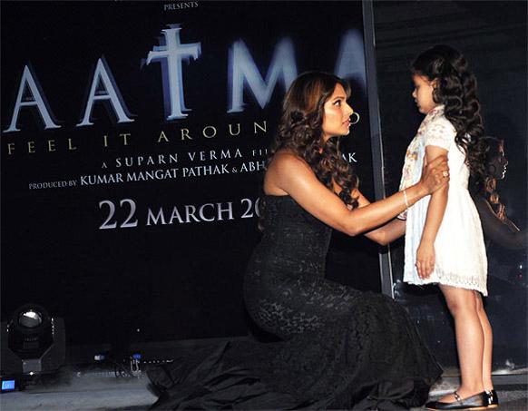निर्देशक सुपर्ण वर्मा की 'आत्मा' डरावनी फिल्म  है जिसमें सेक्स का भी तड़का नजर आता है। इस फिल्म में बिपाशा बसु ने अभिनय किया है।