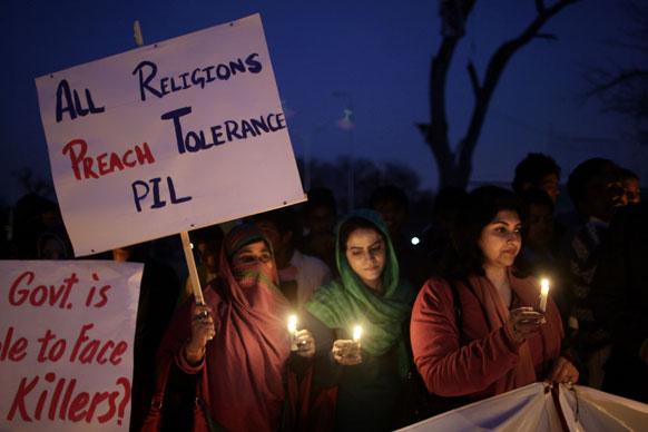 क्वेटा में शनिवार को हुए बम धमाकों के खिलाफ इस्लामाबाद में कैंडल मार्च निकालते लोग।