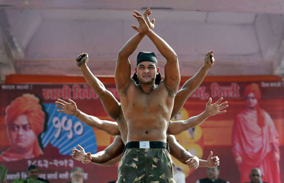 स्वामी विवेकानंद की 150वीं जयंती पर नई दिल्ली में सूर्य नमस्कार करते बॉडी बिल्डर्स।