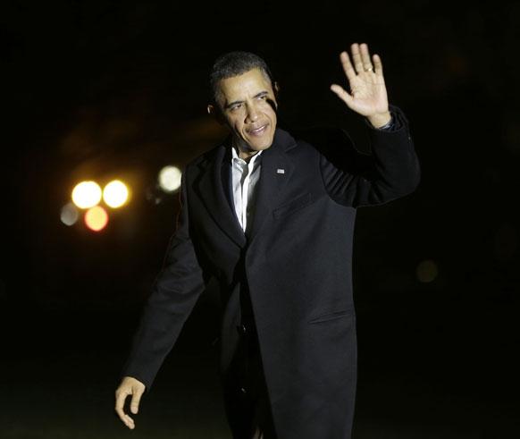 ह्वाइट हाउस के साउथ लान में मीडिया का हाथ लहराकर स्वागत करते अमेरिकी राष्ट्रपति बराक ओबामा।