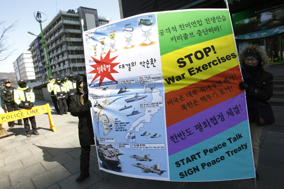 सियोल में अमेरिकी दूतावास के पास उत्तर कोरिया के परमाणु खतरे का शांतिपूर्ण हल निकालने की मांग को लेकर प्रदर्शन करते लोग।
