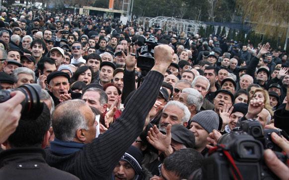 अर्मेनिया के येरिवान में एक जनसभा को संबोधित करते राष्ट्रपति पद के प्रत्याशी रफी होवानेसियन।