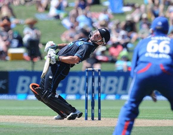 न्यूजीलैड स्थित नेपियर में मैक्लिन पार्क मैदान पर खेले गए दूसरे एकदिवसीय अंतरराष्ट्रीय क्रिकेट मैच के दौरान इंग्लैंड के स्टीवेन फिन के बाउंसर गेद से खुद को बचाते न्यूजीलैंड के बल्लेबाज हमिश रदरफोर्ड।
