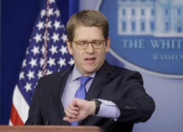 वाशिंगटन स्थित व्हाइट हाउस में प्रेस ब्रीफिंग से पहले घड़ी में समय देखते व्हाइट हाउस के प्रेस सचिव जे. कार्नी।