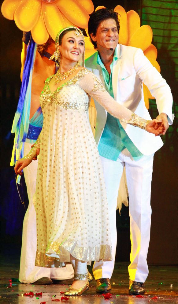 शाहरूख खान और प्रीति जिंटा नृत्य में डूबे हुए।