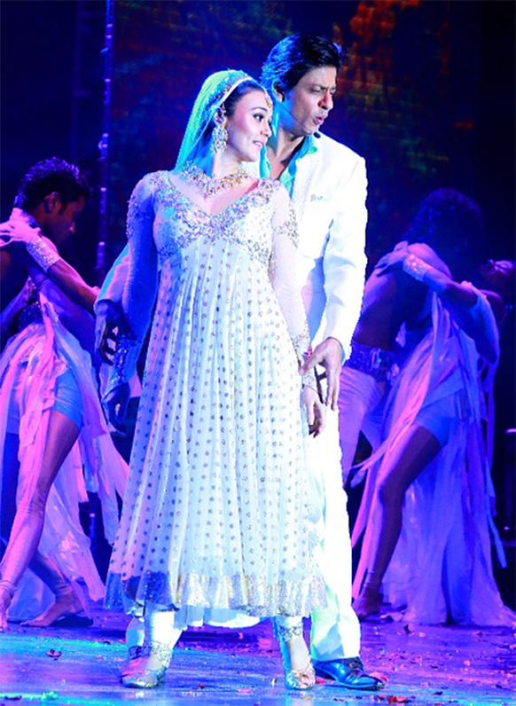 मस्कट में शाहरूख खान संगीत के शानदार जश्न में शामिल हुए और उनके साथ है प्रीति जिंटा।