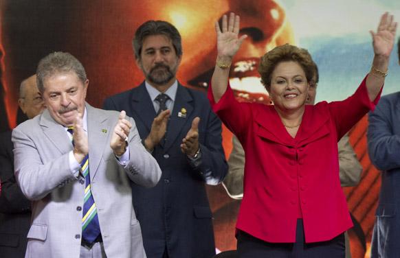 ब्राजील के साओ पालो में सत्तारुढ़ वर्कर पार्टी की स्थापना की 33वीं सालगिरह पर आयोजित समारोह में ब्राजील के पूर्व राष्ट्रपति लुइज इनासियो लूला द सिल्वा (बाएं) और ब्राजील की राष्ट्रपति डिल्मा रोसेफ (दाएं)।