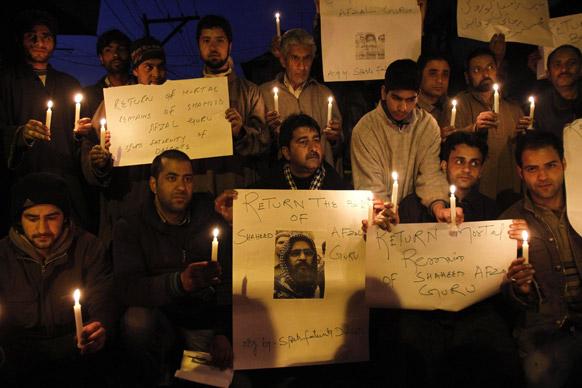श्रीनगर में कैंडल मार्च निकालकर कश्मीरी लोगों ने प्रदर्शन किया और अफजल गुरु के दफन शरीर के अवशेष वापस करने की मांग की।
