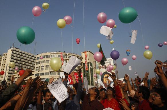 बांग्लादेश की राजधानी ढाका में खुले आकाश में गुब्बारे उड़ाकर जश्न मनाते प्रदर्शनकारी। यह जश्न बांग्लादेश को 1971 में मिली आजादी को लेकर मनाया गया।