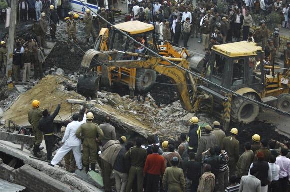 पूर्वी दिल्ली स्थित ताहिरपुर में बुधवार को तीनमंजिला भवन के टूटकर बिखर जाने के बाद बचाव अभियान में जुटा राहत दल। इस हादसे में दो लोगों के मरने की खबर है।
