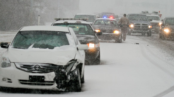 कान के विचिटा में भारी बर्फबारी के दौरान हुए सड़क हादसे की सूचना मिलने पर घटनास्थल पर पहुंची विचिटा पुलिस।
