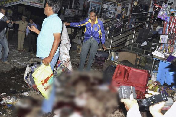 हैदराबाद के दिलसुख नगर में ब्लास्ट के बाद घायलों को राहत पहुंचाने की कोशिश में जुटे लोग।