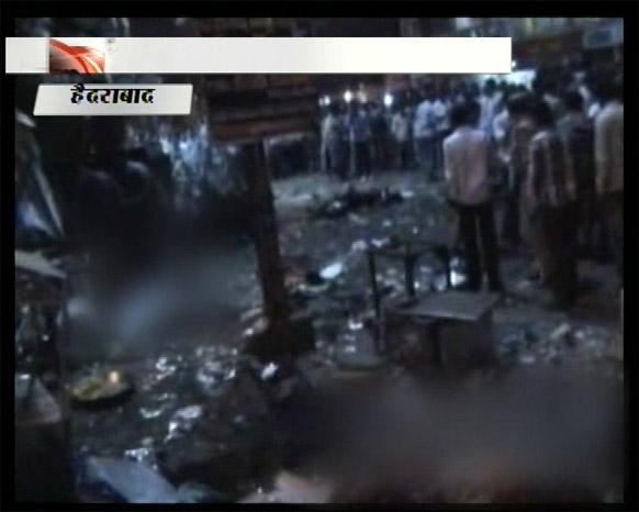 हैदराबाद में बम धमाकों के बाद घटना स्थल की भयावहता को दर्शाता एक टीवी फुटेज।