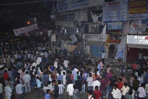 हैदराबाद में बम धमाकों के बाद विस्फोट स्थल पर जमा हुए लोग।