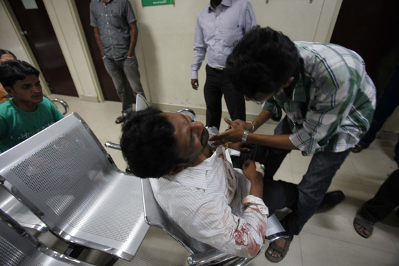 हैदराबाद में बम धमाकों के बाद एक घायल व्यक्ति को अस्पताल पहुंचाया गया।