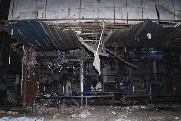 हैदराबाद में ब्लास्ट के बाद एक बस स्टैंड के शेल्टर का क्षतिग्रस्त नजारा।