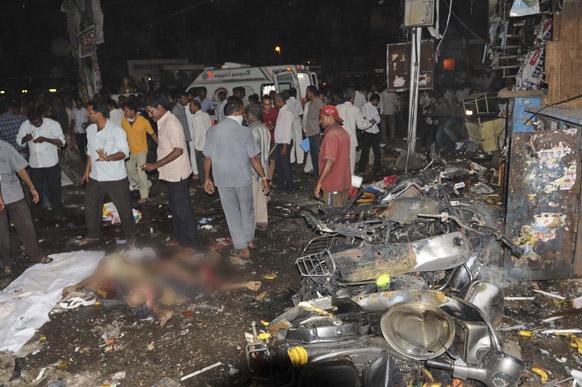 हैदराबाद में धमाकों के बाद विस्फोट स्थल के नजदीक इकट्ठा हुए लोग।