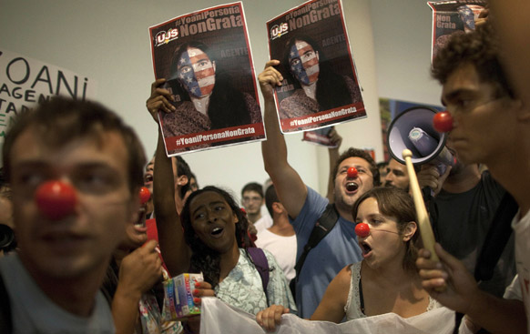 ब्लागर योयनी सांचेज के खिलाफ क्यूबा सरकार का समर्थन करते प्रदर्शनकारी।