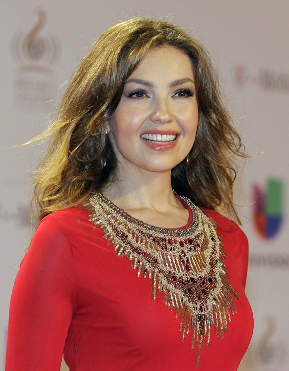 मैक्सिकन गायिका थालिया मियामी में रेड कारपेट पर पोज देती हुई।