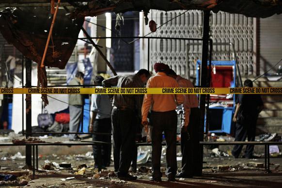 हैदराबाद के दिलसुख नगर में विस्फोट स्थल पर पहुंचे जांच अधिकारी।